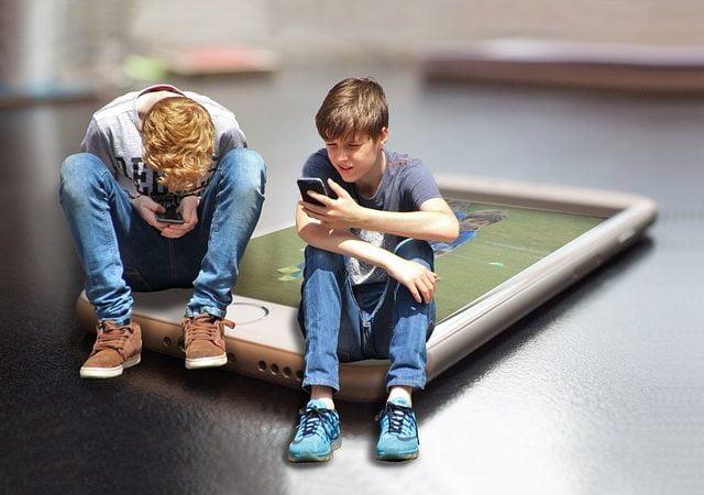 Skärmtid har ingen inverkan på tonåringars välbefinnande, enligt ny forskning 2
